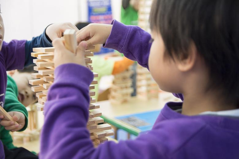Een brug bouwen met kapla For Kids of all ages.